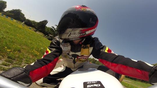 Nahaufnahme von Florian Weiß - Raceflo - beim Motorrad-Training auf der Rennstrecke